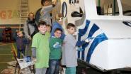 Jonge carnavalisten bouwen politievoertuig