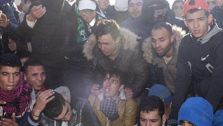 Eind december treuren Marokkanen bij de Grieks-Macedonische grens om een Marokkaan die geëlektrocuteerd raakte door een hoogspanningskabel bij het treinstation. Beeld
