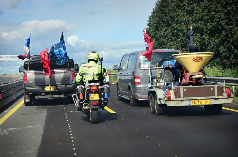 Boeren van Farmers Defence Force onderweg op de A1 naar de demonstratie tegen stikstofmaatregelen in Bilthoven.  Beeld Marcel van den Bergh