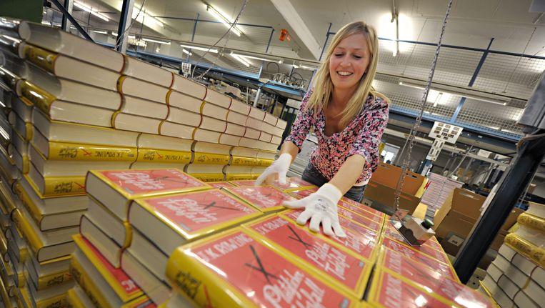 In Stuttgart worden stapels van de nieuwe roman van J.K.Rowling uitgepakt. Beeld EPA