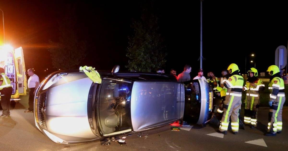 Auto landt op zijn kant na ongeval in Zaltbommel, een persoon gewond.