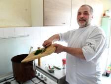 Tilburgse chefkok Frank zit thuis, dus maakt hij soep voor hulpbehoevende ouderen