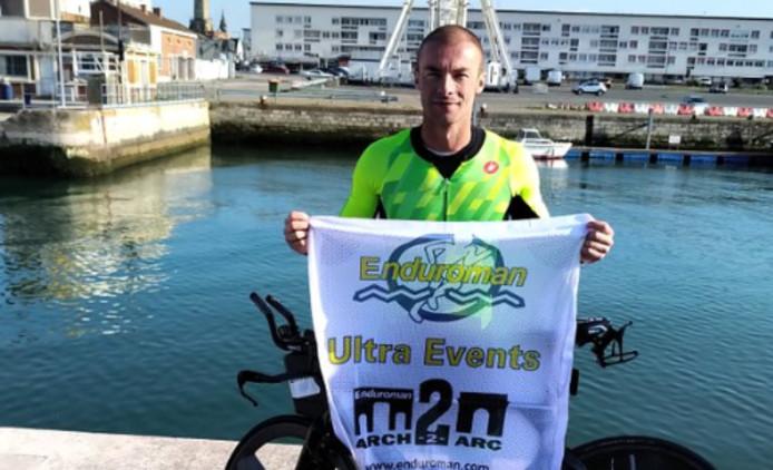 Julien Deneyer était parti vers 3h du matin d'Angleterre ce mardi 20 août. 52h30 plus tard, il est arrivé à Paris en bas de l'Arc de Triomphe. C'est après avoir couru à pied durant 140 kilomètres en 15h52, traversé la Manche sur 60 kilomètres en 13h14 et avoir parcouru 290 kilomètres en vélo en 12h55 que le Belge a battu ce record de l'Enduroman.