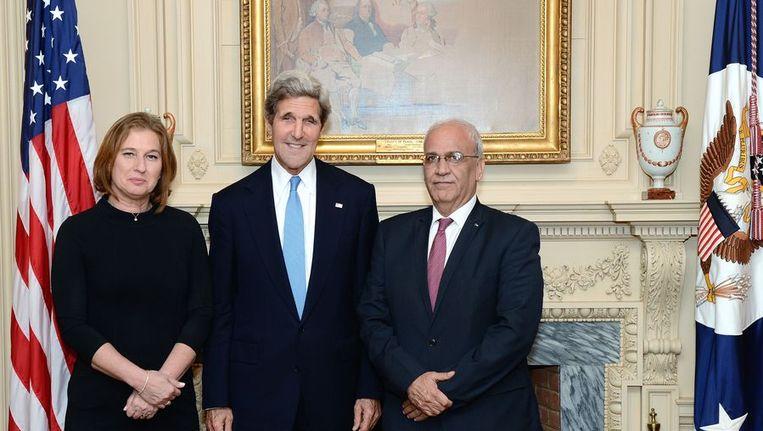 De Amerikaanse minister van Buitenlandse Zaken Kerry (midden) met de Israëlische minister van Justitie Tzipi Livni (links) en het Palestijnse hoofd van de onderhandelingsdelegatie Saeb Erekat. Beeld afp