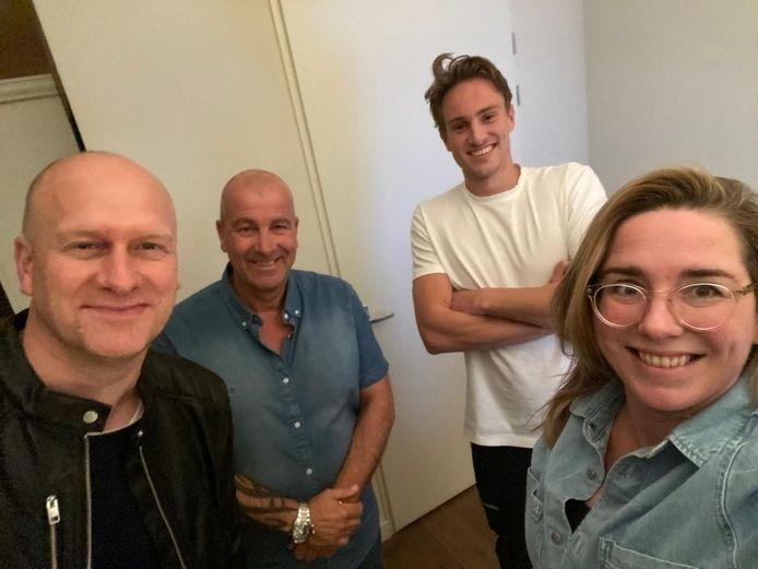 De Peesjevee Podcast met PSV-supporterscoördinator Andre Coensen. Links Rik Elfrink, rechts Mascha Prins. Naast Elfrink staat Coensen en daarnaast Guus Peters.