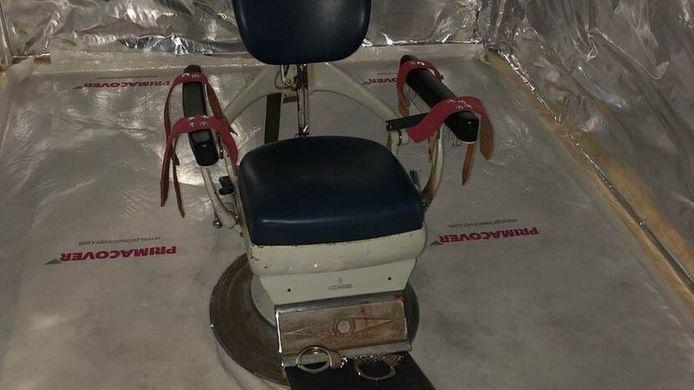 Een tandartsstoel in een zeecontainer die bedoeld was als martelkamer.