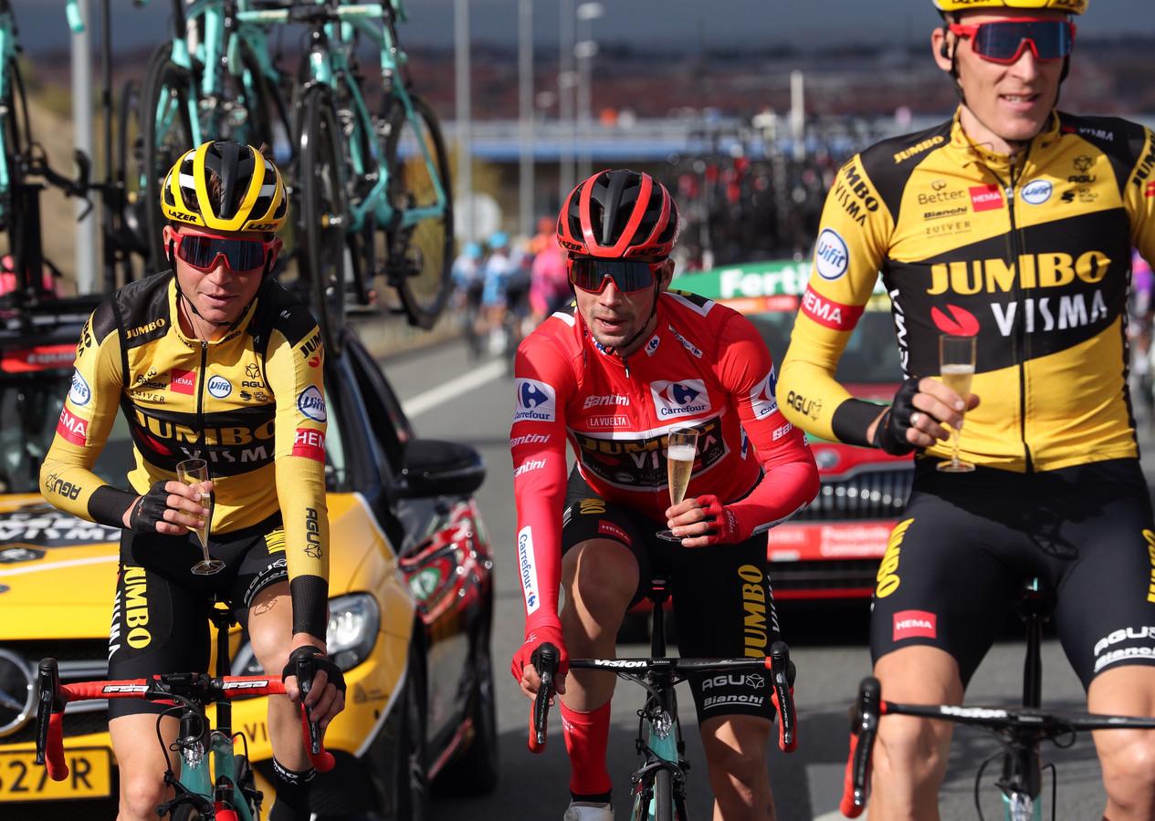 Roglic viert zijn tweede eindzege op rij met ploeggenoten Kuss (l) en Gesink (r).