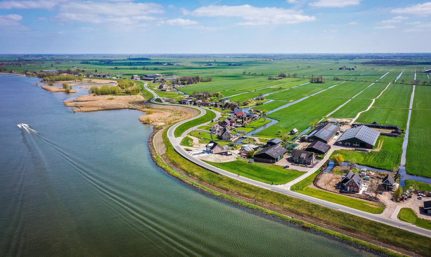 De Lekdijk bij Nieuw-Lekkerland gezien vanuit de lucht.