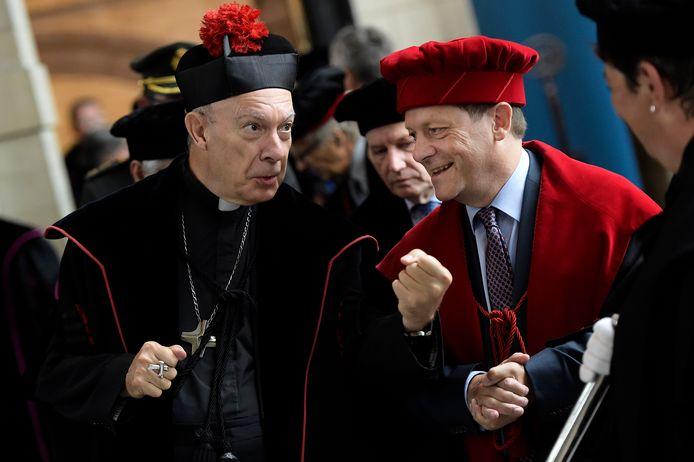 Aartsbisschop André-Joseph Leonard (links) en rector Rik Torfs van de Katholieke Universiteit Leuven tijdens de opening van het academische jaar in 2014