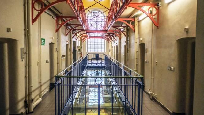 Gevangene bijt cipier tot bloedens toe in de pols