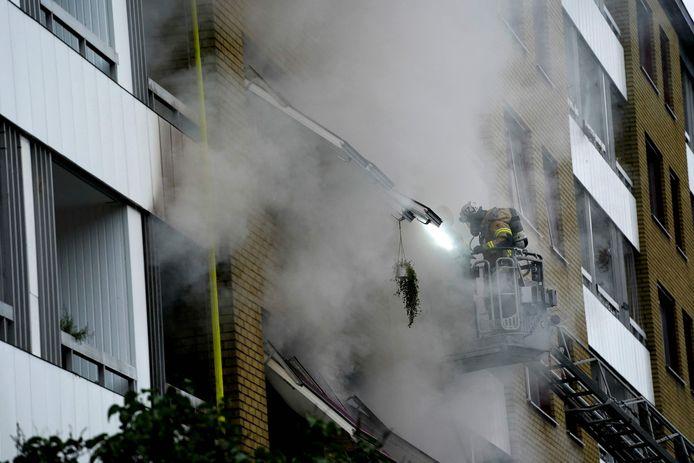 Een brandweerman is aan het werk bij het appartementencomplex in Göteborg waar vanmorgen een explosie plaatsvond.