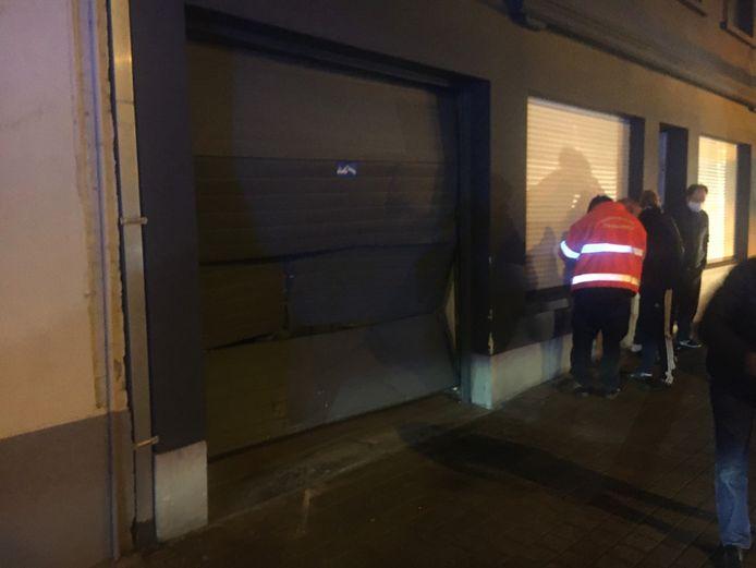 De garagepoort van buurtbewoner Filiep Pille liep zware schade op door de aanrijding.