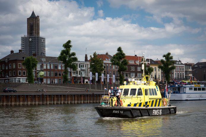 ARNHEM  Een patrouilleboot van Rijkswaterstaat vaart over de Rijn bij Arnhem. Zaterdag moesten ze veel zwemmers uit de vaargeul van de rivier halen.