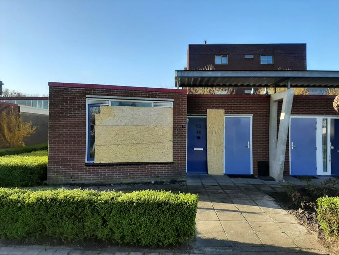 De woning raakte zwaar beschadigd en is provisorisch dichtgemaakt met planken.