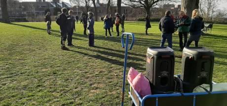 Tientallen deelnemers dansen 'voor de vrede' in het Valkhofpark in Nijmegen, politie maakt einde aan harde muziek