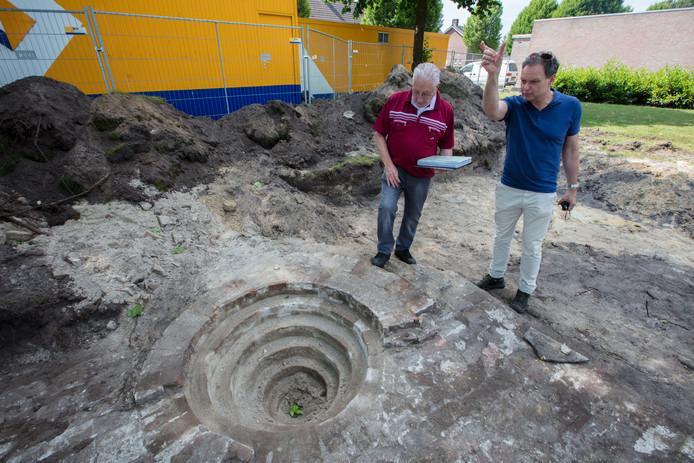 Restanten van in de oorlog vernielde kerk terug gevonden in de Neerkant. Henk Joosten en Fokko Kortlang bij het mysterieuze gat.
