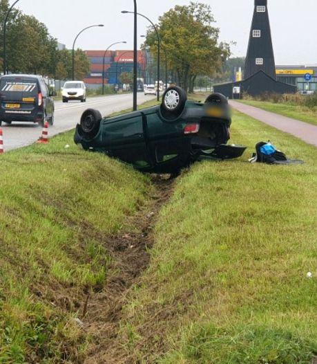 Auto vliegt uit de bocht in Hengelo, bestuurder ongedeerd