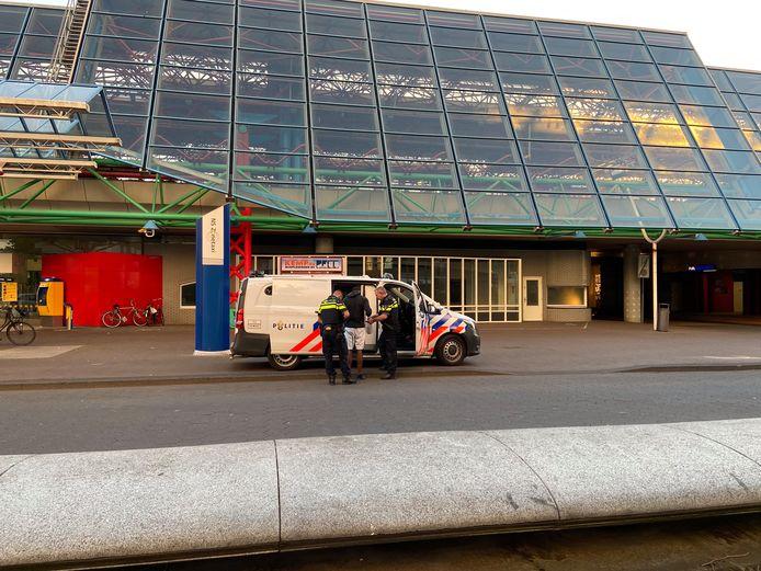 De man wordt op station Lelystad Centrum door de politie afgevoerd.