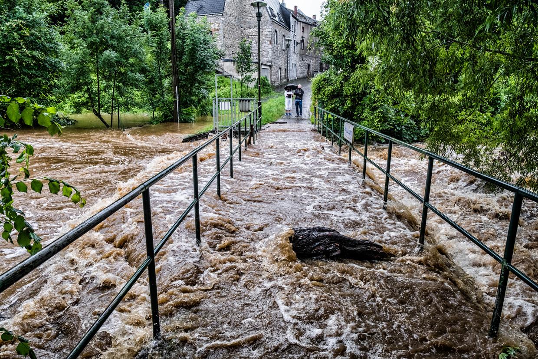Rochefort is erg zwaar getroffen door de hevige regenval. De Rivier de Lomme is buiten haar oevers getreden van vele huizen zijn onder water gelopen. Beeld Tim Dirven