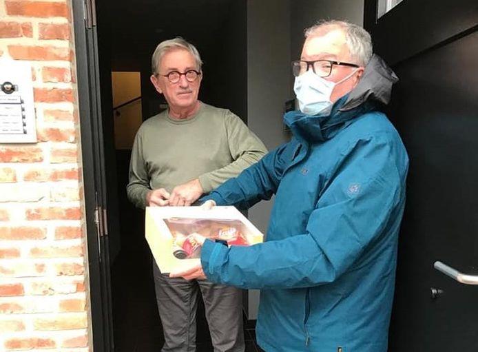 Organisatieverantwoordelijke Werner Jorens geeft een aperitiefpakket af.