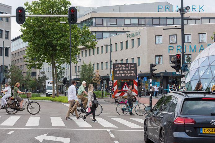 EINDHOVEN - De Vestdijk is tegenwoordig autoluw om verkeer uit de binnenstad te weren.
