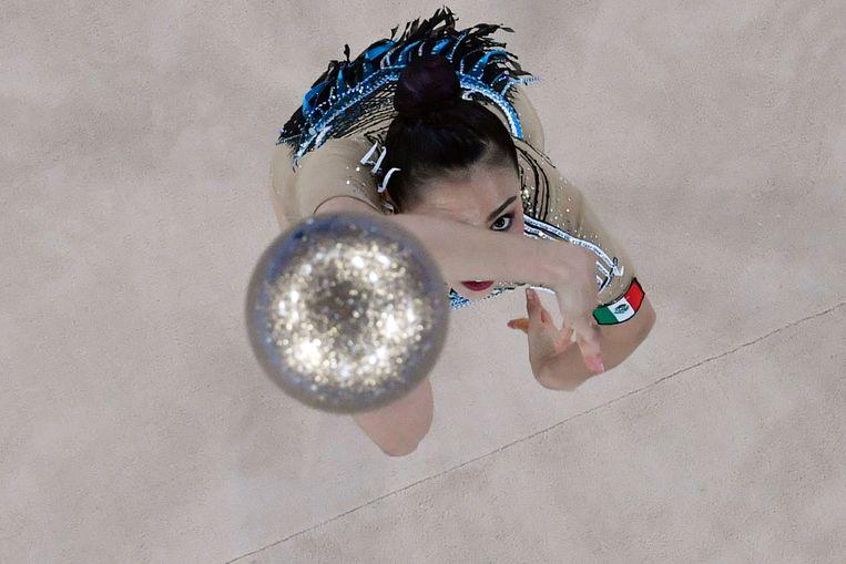Op haar eerste Olympische Spelen voerde ritmisch gymnast Rut Castillo (30) uit Mexico haar routine uit op Tom Holkenborg's nummer Never Give Up. Ze wilde een krachtig lied, want het heeft haar een leven gekost om hier te komen, zei ze tegen verschillende media. Castillo eindigde op plek 19. Beeld AFP
