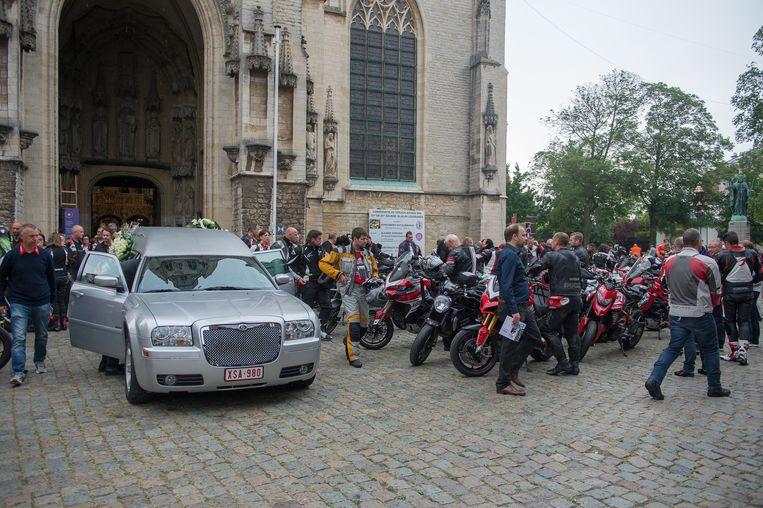 De Ducati-vrienden begeleiden motard Gert Nicolay naar zijn laatste rustplaats.