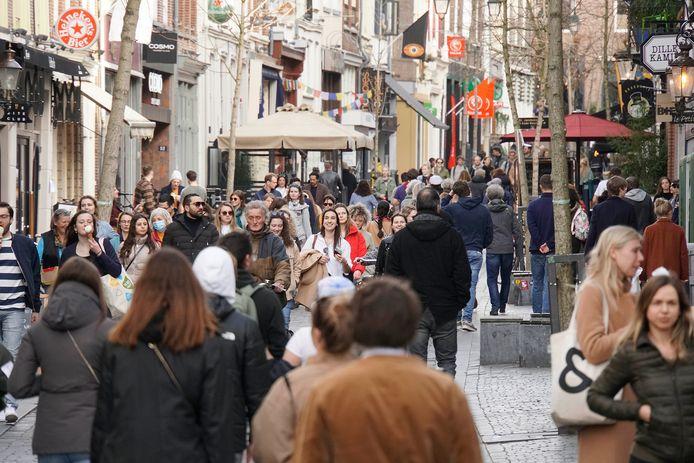 Drukte in de Hezelstraat in Nijmegen.