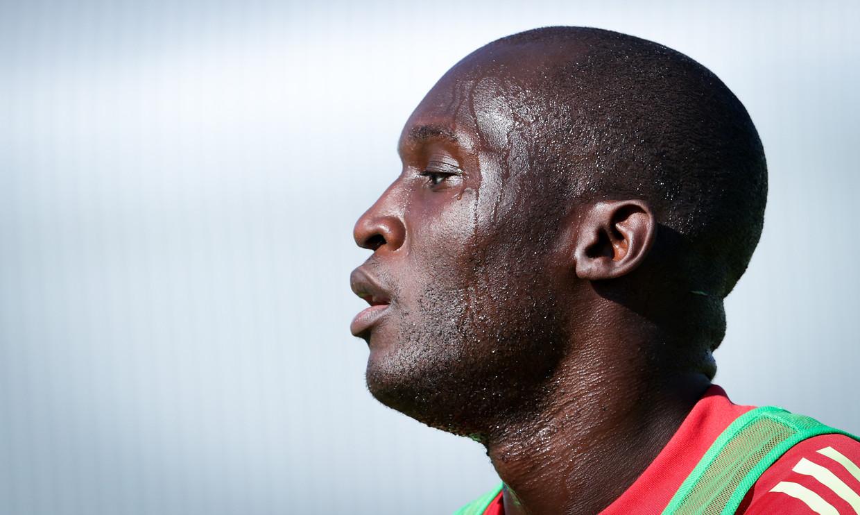 Het zweet druipt van Romelu Lukaku's hoofd tijdens de laatste training in Tubeke. Beeld BELGA