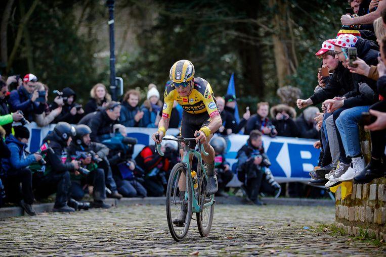 Mike Teunissen, hier tijdens de Omloop Het Nieuwsblad, doet zondag mee aan de virtuele Ronde van Vlaanderen. Beeld photo: Cor Vos