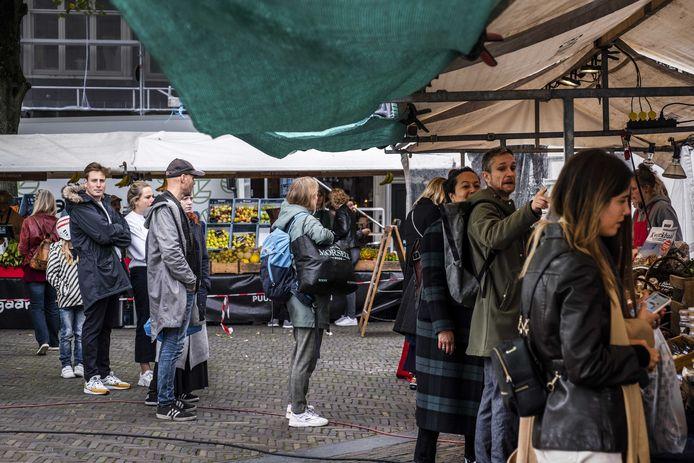 Mensen staan in de rij op de markt bij de Noordergracht in Amsterdam. De Veiligheidsregio Amsterdam-Amstelland bereidt nieuwe, strengere maatregelen voor om de tweede besmettingsgolf te breken.