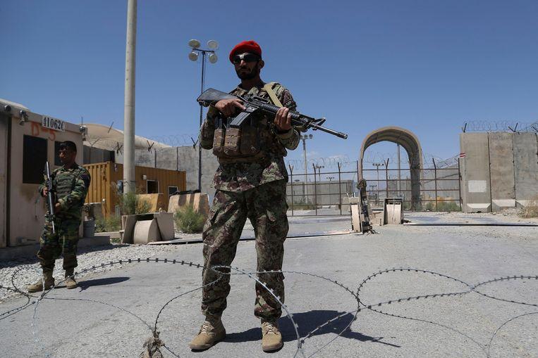 Een Afghaanse soldaat na het vertrek van de Amerikanen uit Bagram. Beeld AFP