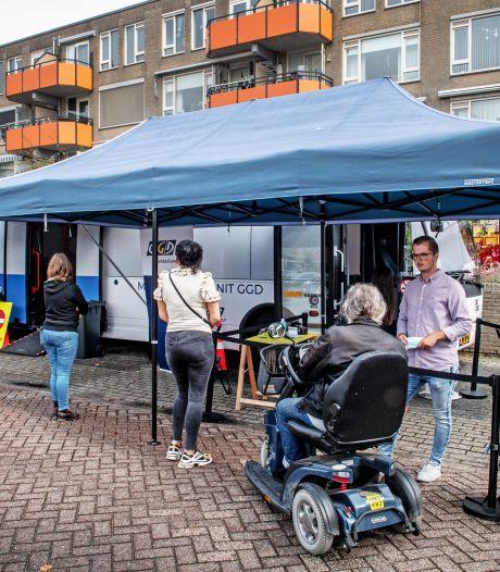 Angst voor agressie blijft bij de prikbus on tour, ook in Lindenholt: 'Je weet niet wat er in het vaccin zit'