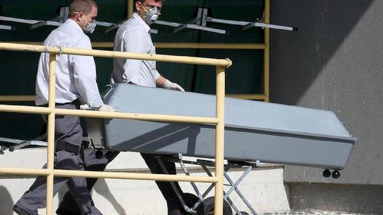Een doodskist bij het koelhuis waar de trailer naartoe is gebracht. Hierin zaten 71 lichamen, waaronder die van 8 vrouwen en 4 kinderen. Beeld reuters