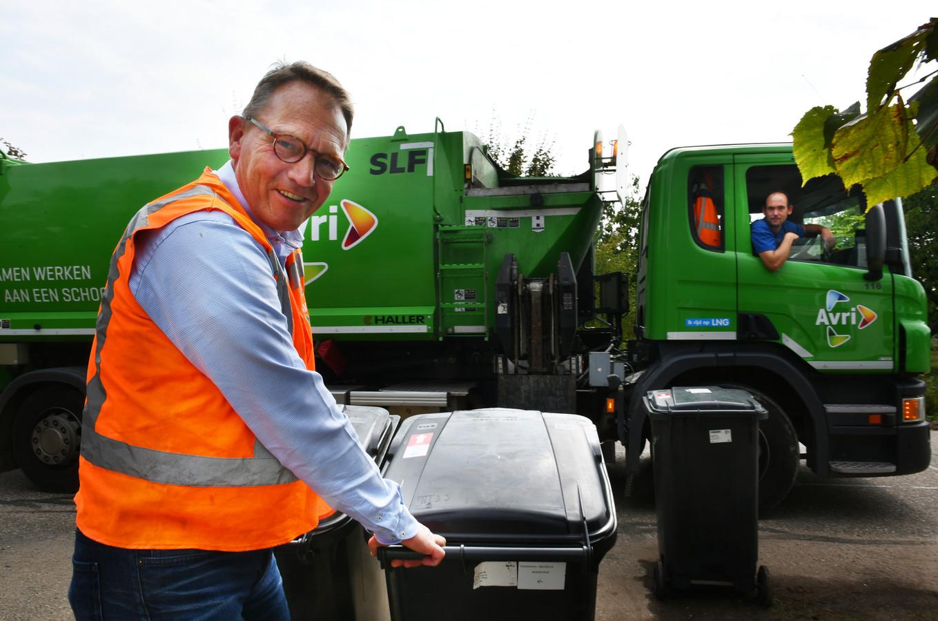 Gerdjan Keller hielp gisteren mee op de vuilniswagen.