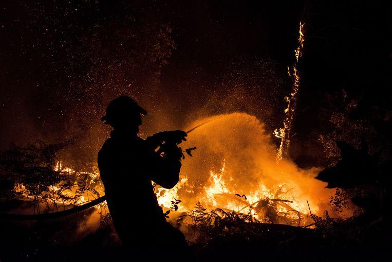 Archieffoto van een Portugese brandweerman in actie.