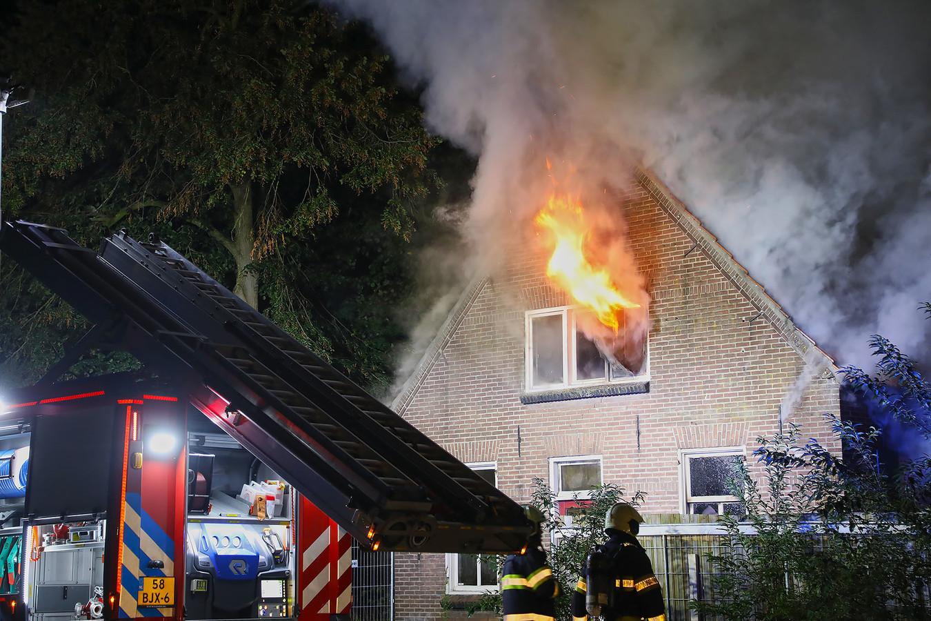 Het huis van Arie den Dekker aan de Aengelbertlaan in Oss brandde na de tweede aanslag helemaal uit.