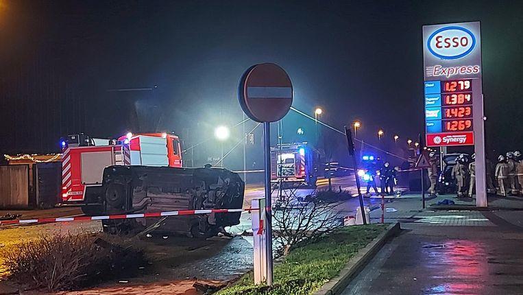 Een van de betrokken wagens kantelde en vloog in brand. Beeld Liese Demeulenaere