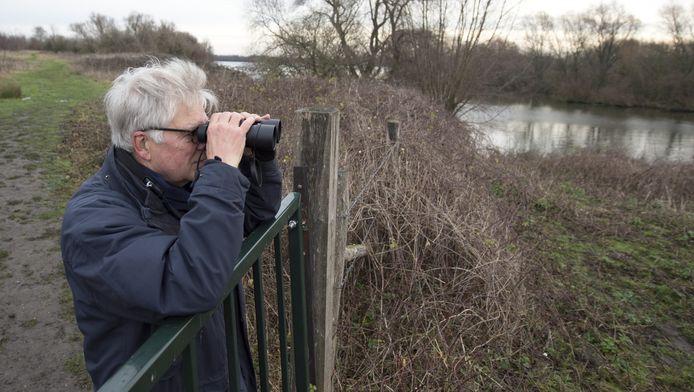 Vogelaar Paul van Merwijk kijkt uit over het gebied vanachter het hekje dat Nederland nu nog van België scheidt.