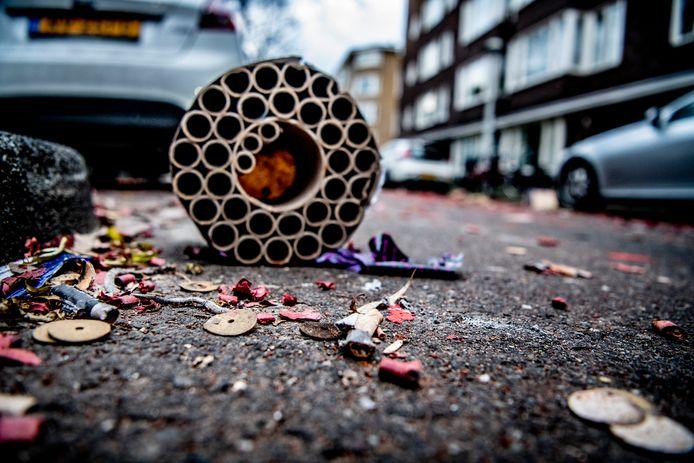 Vuurwerkresten op straat. Het kabinet gaat het consumentenvuurwerk enigszins aan banden leggen.