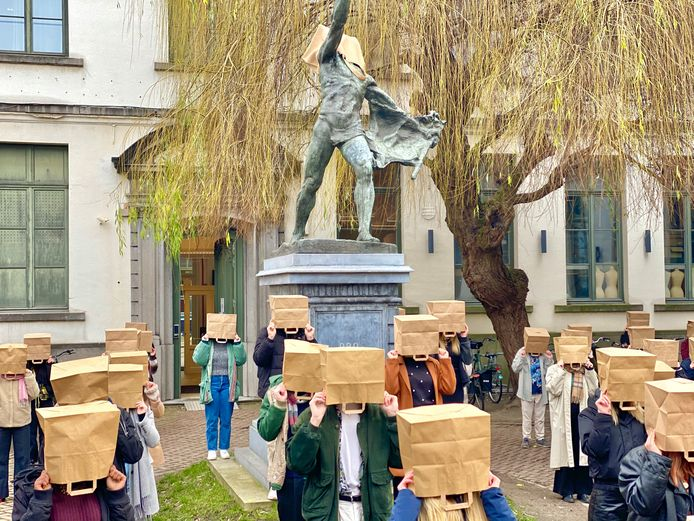 Een zestigtal leerlingen deden mee aan de protestactie.