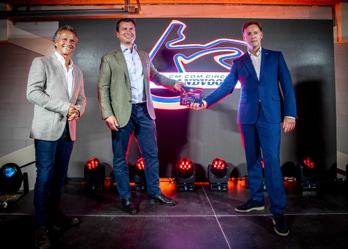 Bredanaar Jeroen van Glabbeek (midden), CEO van CM.com, zette vorig jaar zijn handtekening onder een sponsordeal met Circuit Zandvoort. Van Glabbeek wordt op de foto geflankeerd door Jan Lammers (l), sportief directeur Dutch Grand Prix en Robert van Overdijk, directeur Dutch Grand Prix.
