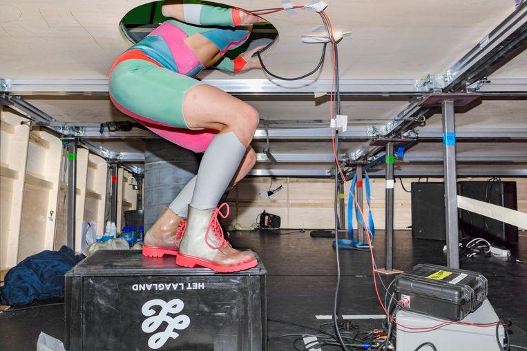 Kiki van Aubel als de superheld Aquagirl tijdens de repetities van de voorstelling Gewoon held van Het Laagland in Schouwburg de Domijnen in Sittard.  Beeld Sas Schilten