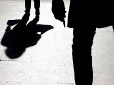Woedende Roosendaler (33) gooit ruit met stoel in van vriendin en bedreigt haar met mes in Etten-Leur