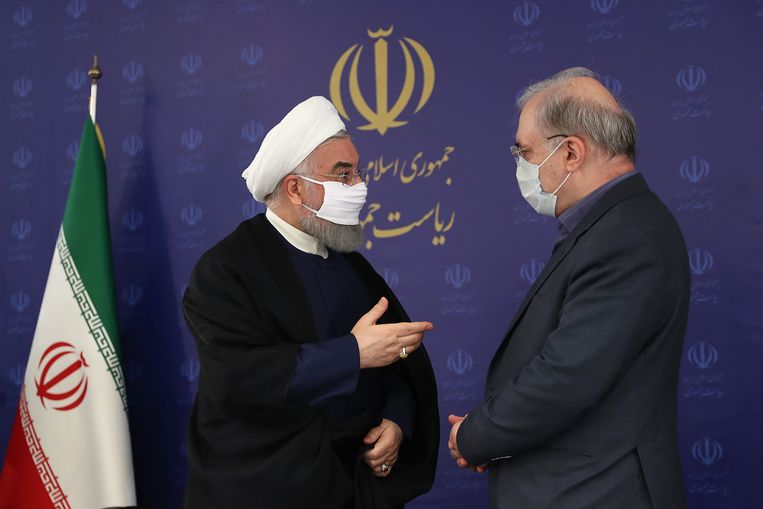 De Iraanse president Hassan Rouhani (L) met minister van Volksgezondheid Saeed Namaki.