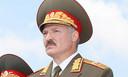 Aleksandr Loekasjenko in het uniform van opperbevelhebber van het leger in 2001.