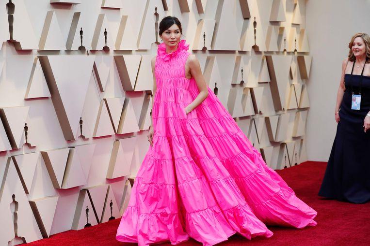 Actrice Gemma Chan, bekend van 'Crazy Rich Asians', in een zuurstokroze creatie van Valentino.