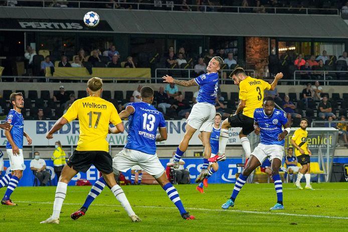 Jizz Hornkamp vecht een luchtduel uit met Roger Riera van NAC. De spits scoorde op oogstrelende wijze de 0-1 voor FC Den Bosch, maar uiteindelijk werd er toch met 2-1 verloren.