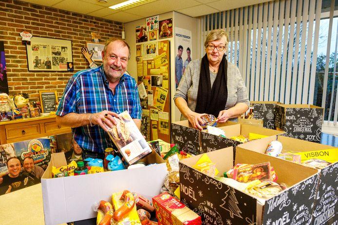 Henk den Brave, alias Disco Henkie, pakt samen met zijn vrouw Hilda kerstpakketten in.