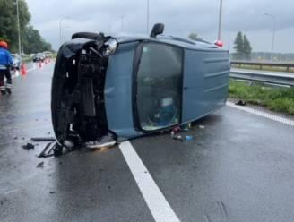 Bestelwagen knalt tegen vangrail op verkeerswisselaar E40 - E403